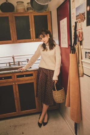 ドット柄スカートを大人っぽく着こなす冬のレディコーデ
