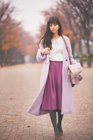 カラーコートは同系色のスカート合わせでおしゃれにアップデート