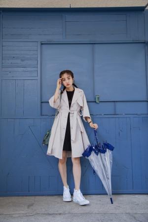 雨の日もスタイルアップ! 綺麗シルエットのレインコートが主役のコーデ♡