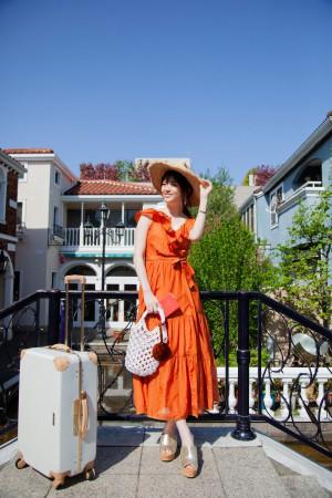 パキっとしたオレンジのワンピースで、夏日を思いっきり楽しむ★
