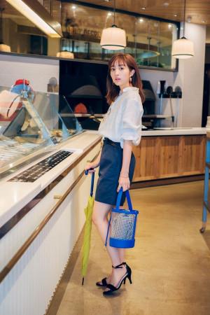 爽やかブルーできれいめシャツをカジュアルにシフト</h3> <p>