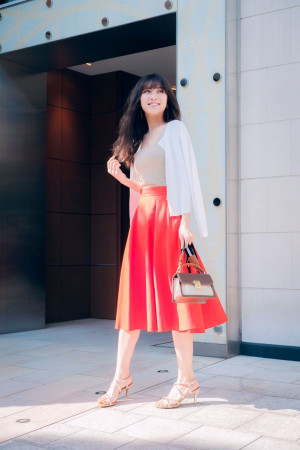 鮮やかなカラースカートは×白カーデできれいめに着こなして