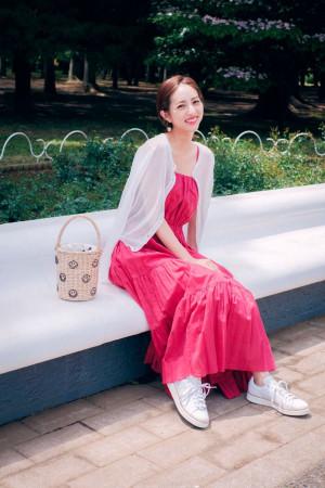 鮮やかピンクのワンピ×スニーカーの甘辛MIXスタイル