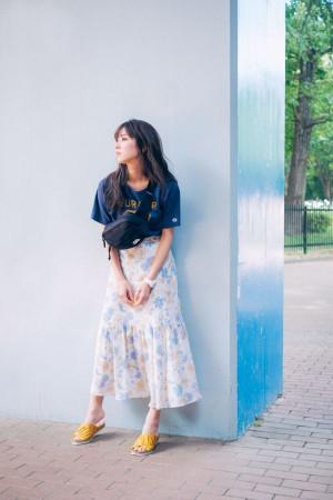 ロゴT×花柄スカートのギャップコーデが新鮮!