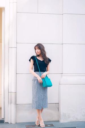 ギンガムチェックのタイトスカートで夏の上品デートコーデ