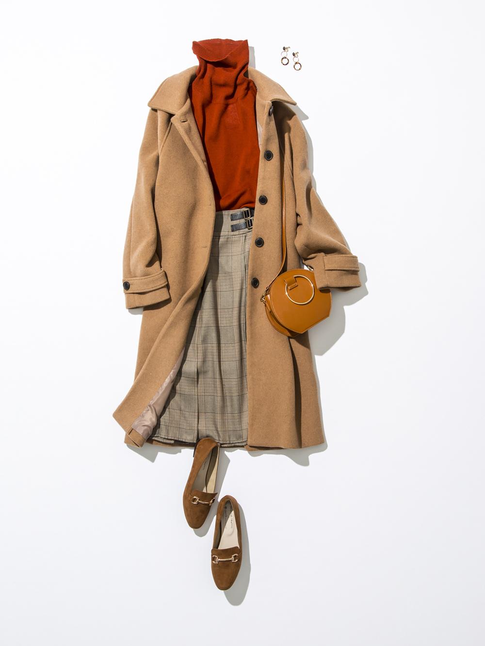 レンガ色のタートルニットに、ブラウン系のグレンチェック柄スカートをコーディネート