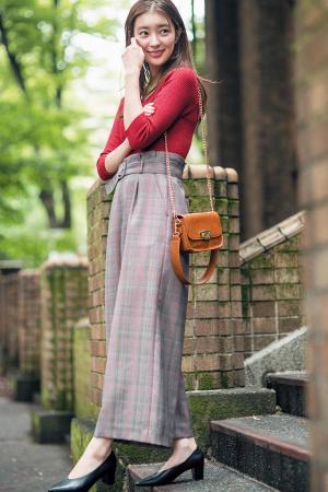 おじチェックのワイドパンツを赤ニットで女らしく♡