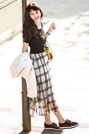 王道かわいい・あやみの秋の〝It アイテム〟はこの4つ!『must buy item 2ほんのり透け感のある軽やかさが大人フェミニン♡ひとクセチュールスカート旬なチェック柄や刺しゅう、パールなどでさらにかわいく盛られたチュールスカート。動くとふわりと揺れて、女の子度もグンっとUP!』
