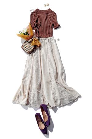 キャメル色ニットとベージュスカートで旬のオータム配色に