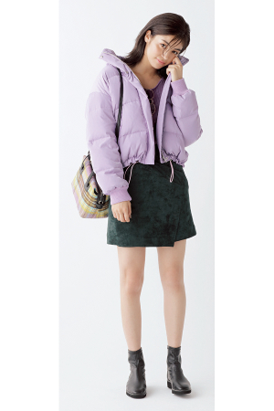 ショート丈ダウンコートはミニスカートで女の子らしく