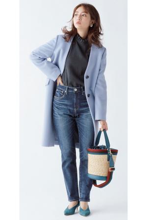 AKANE'S STYLE 上品きれい 茜AKANE'S COAT KEYWORD「洗練されたレディ感を楽しむ」大人になって気づく、飾りすぎない美しさ。わかりやすくかわいいものは卒業して、シックに着られる柄モノやミニマルなデザインのコートで、茜らしい上品さを手に入れよう。『Vカラーコートは…「首元に〝大人な遊びゴコロ〟を仕込む」首周りに視線が集まりやすいVカラーコート。首元or胸元にディテールのあるトップスや、レイヤードテクなどでポイントを作れば、おしゃれの完成度が高まります!』