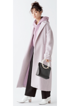 くすみピンクの旬顏コートを同系トーンでセンスよく