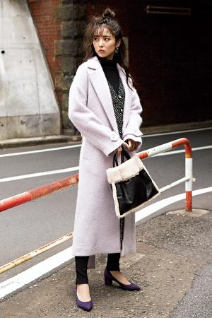 ロング丈のきれい色コートでハンサムな女っぽさを