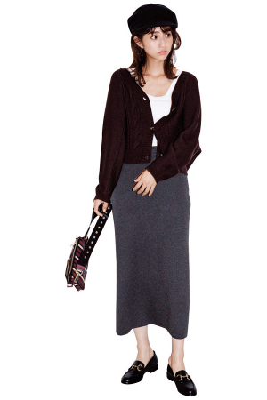 流行の長め袖カーデでロングスカートを程モードに