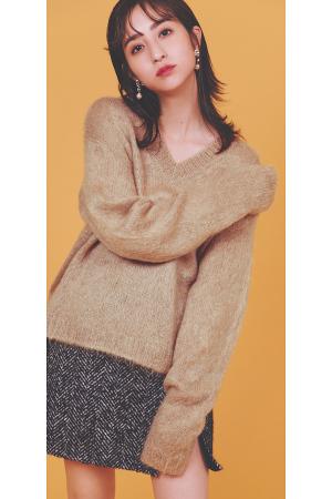 あこがれニット[ Special knit column ]まって、かわいいが渋滞してる♡MIU MIU あこがれニットふわふわの素材感、気持ちいい肌触り、キュンとするビジュー、スタイルよく見せてくれるシルエット。 すべてがパーフェクトな「大人かわいい」の天才ブランド、ミュウミュウのニットが素敵すぎ♡ 『RECOMMEND2 ふわふわモヘアニット冬ならではのニットに包まれる幸せを堪能できる、ふわ~っと暖かなモヘアニット。つかず離れずの腰回りや、ゆるく落ちた肩など、着ると体を華奢に見せてくれる魔法のシルエットが、いつものカジュアルを特別なものにしてくれるはず。やわらかな素材ならではの着心地のよさを肌で感じて♡』
