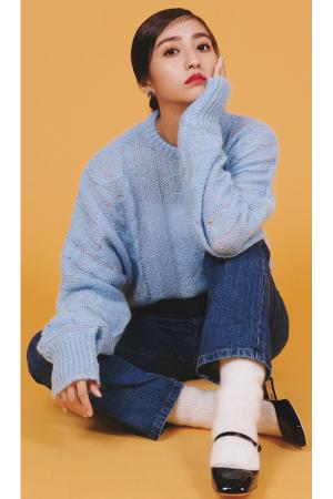 あこがれニット[ Special knit column ]まって、かわいいが渋滞してる♡MIU MIU あこがれニットふわふわの素材感、気持ちいい肌触り、キュンとするビジュー、スタイルよく見せてくれるシルエット。 すべてがパーフェクトな「大人かわいい」の天才ブランド、ミュウミュウのニットが素敵すぎ♡ 『RECOMMEND3 たっぷり袖ケーブルニット編集部チームがひと目ボレした綿あめみたいにファンシーなケーブルニット。ほわほわと軽いモヘアニットに大胆なドルマンスリーブ、思い切り長い袖、とすべてがキャッチー♡ファーストミュウミュウには、「大人かわいい」を叶えてくれるこんなニットはいかが♡』