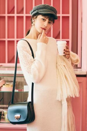 白ニット×繊細なレース刺繍で上品な色っぽさを♡