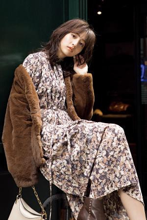 CHECK COAT ITEM No.002 一歩先行く甘さが漂う「ショート丈ファーコート」をヴィンテージガーリーに『ファーコートならではのふんわり質感で、着こなしに華を添えて。ダスティな色合いのファーにドットや小花柄などを合わせると、レトロかわいい女の子スタイルが完成します。』