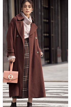 おしゃれ感を醸し出すロングコートはワントーンで感度高く