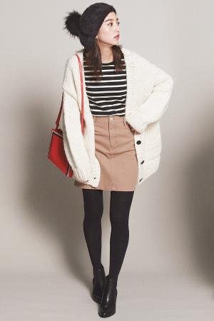 Trend01 ファーはフレンチカジュアルに楽しもう!『コーデに季節感と立体感をプラスしてくれるファー小物は、引き続き注目!この冬買うべきは、大人っぽく取り入れられるボリュームたっぷりのリッチなファー!』