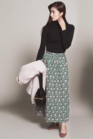 花柄のロングスカート×黒タートルでほんのりレトロに♡