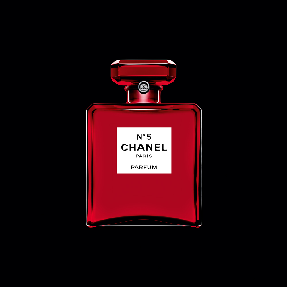 「シャネル N°5」赤ボトルの限定発売を記念して屋外広告をジャック!