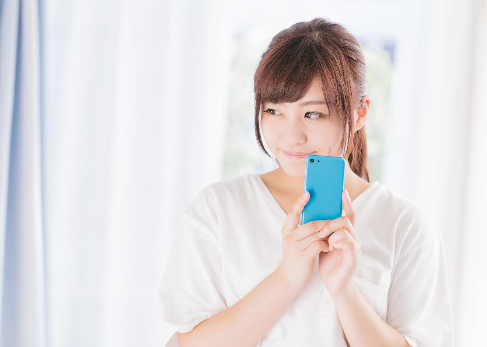 携帯を持つ女