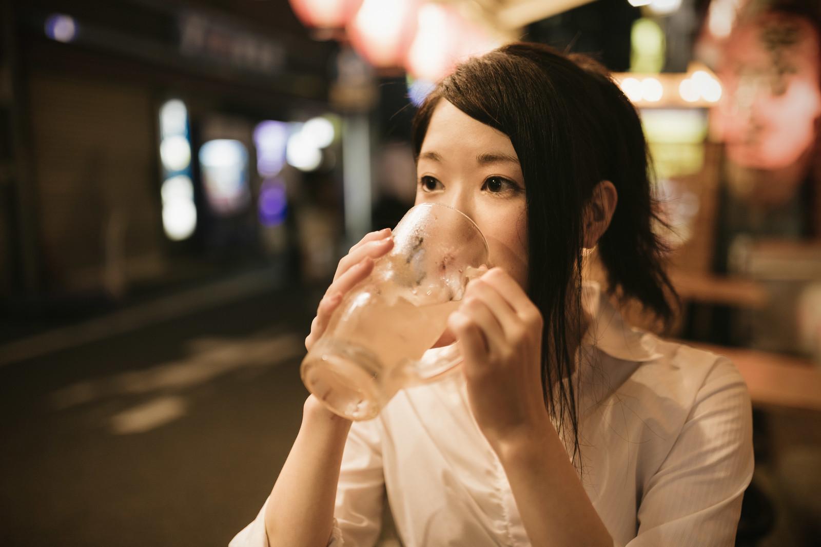 お酒を飲んでる女性