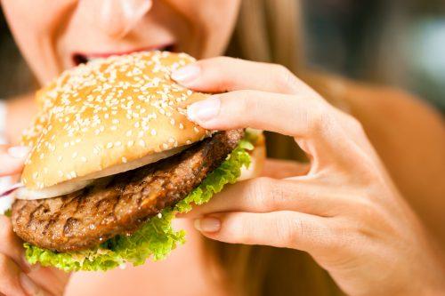 ハンバーガーを食べる女