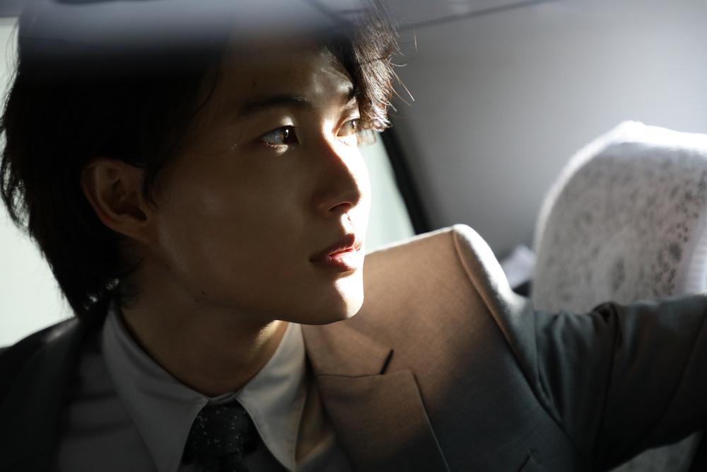 神木隆之介、タクシー、横顔、スーツ