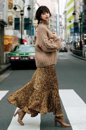 idea1絶対押さえたいのはこのバランス、このかわいさ♡【花柄ロングスカート】は、ゆるトップスをかぶせて着る♡『大流行中のカントリー調花柄ロングスカートは、落ち感があるやわらかな素材を選び、厚手で長めのトップスをかぶせるように合わせるのがお約束。華奢な体と裾の揺れ感が強調されて、程よくゆるいヴィンテージ風味のフェミニンスタイルが完成♡』