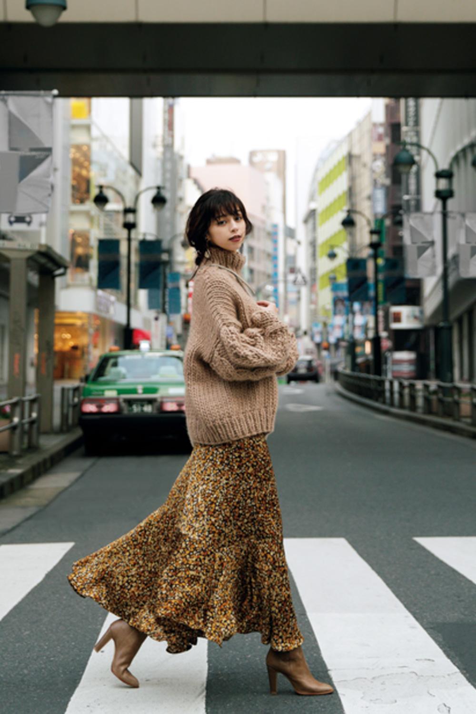 カラーニット×上品スカートの可愛いコーデ