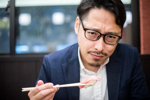 寿司を食べる男性