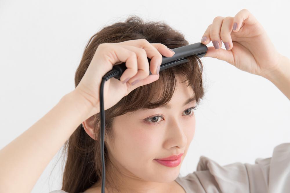 ミニアイロンで前髪を巻く