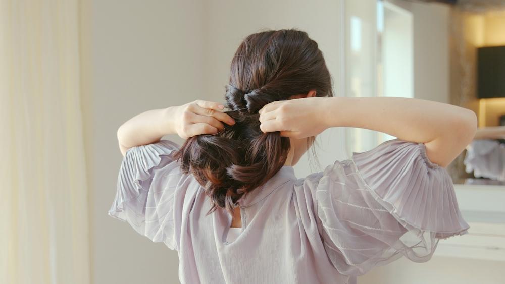 くるりんぱした後、毛束を左右に分けて引っ張る