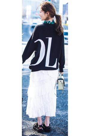 BIG SILHOUETTE『女の子らしいワンピやスカートは、そのままガーリーに着るのもいいけれど、あえてゆったりとしたニットやブルゾンをかぶせてシルエットに変化をつけると、コーデにおしゃれな抜け感が。メンズライクなニットやスポーティな小物など、やんちゃなハズしで「かわいすぎない」ギャップを意識するのも「おしゃれなムード」への近道。』
