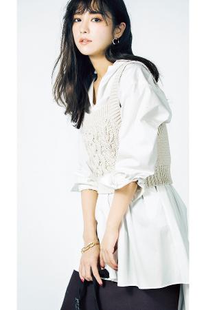 白シャツ×黒スカート