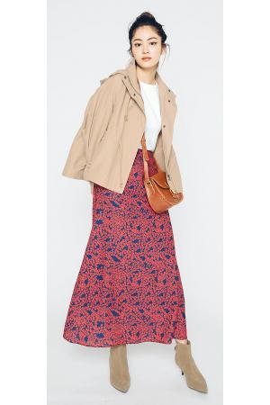 マウンテンパーカ×ロング丈花柄スカート