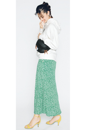ビッグサイズの白フーディ×プレイフルカラースカート