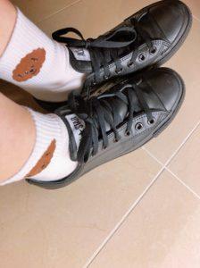 松村沙友理の靴下&黒スニーカー