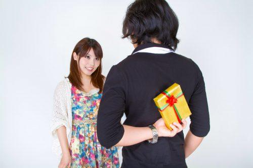 プレゼントを渡す男性