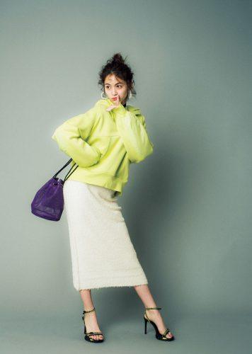ビビッドカラーのフーディ×タイトスカートのコーデ