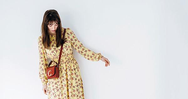 Chloé 持つたびにときめく♡クラシカルなルックス『今季デビューした「Chloé C」のバッグは、クラシックな四角いフォルムに、インパクトのある「C」のゴールドバックルがモダン。ラフに斜めがけしてグッドガールな装いに。』