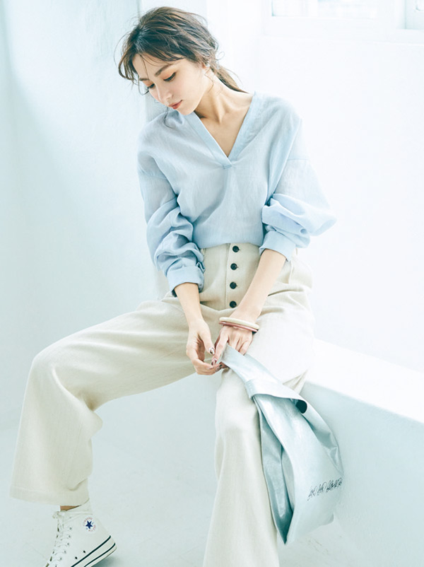 「ヘルシーで女らしい!」とシンプル派からの熱い支持が♡ゆるシャツ×カジュアルパンツ