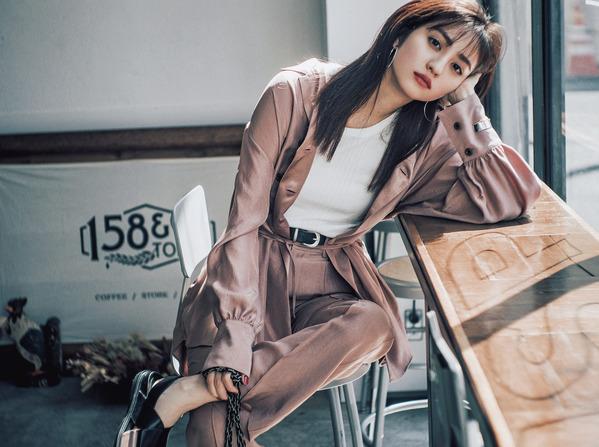 ーAkane's Private Fashion Part①ー買ったばかりの新作服で私らしい〝大人シンプル〟普通のシンプルじゃつまらない。ちょっとひねって茜らしいスパイスをプラス。