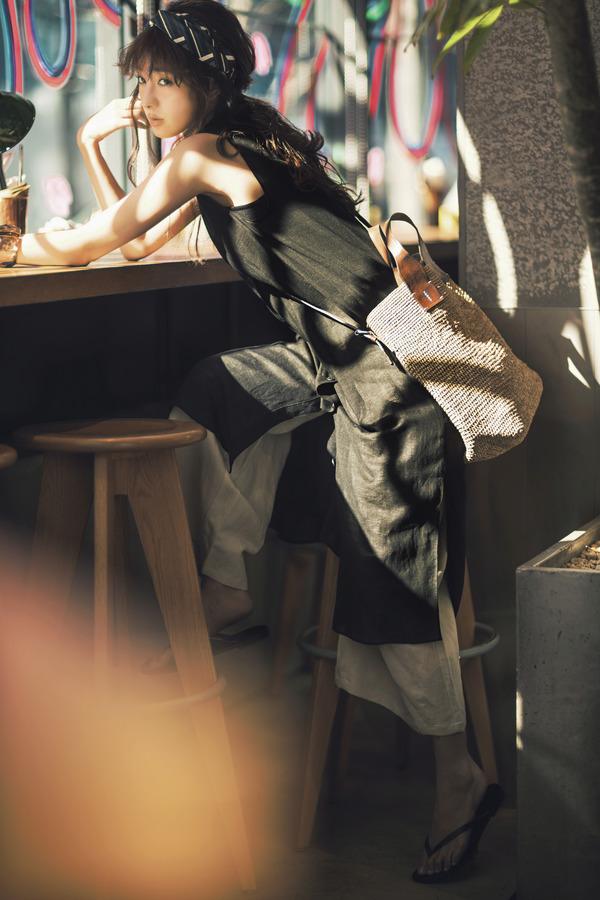 """BITTER BLACK  ベージュ、カーキ、ブラウンなど、落ち着きのあるアースカラーを味方に付ければ、キレよくハンサムな""""辛い黒""""の完成!リネンやコットンなど天然素材を選ぶことで、ひとさじの女らしさも漂って。"""