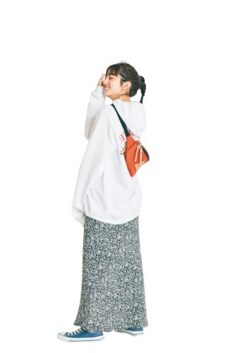 スエット×小花柄スカート、茜