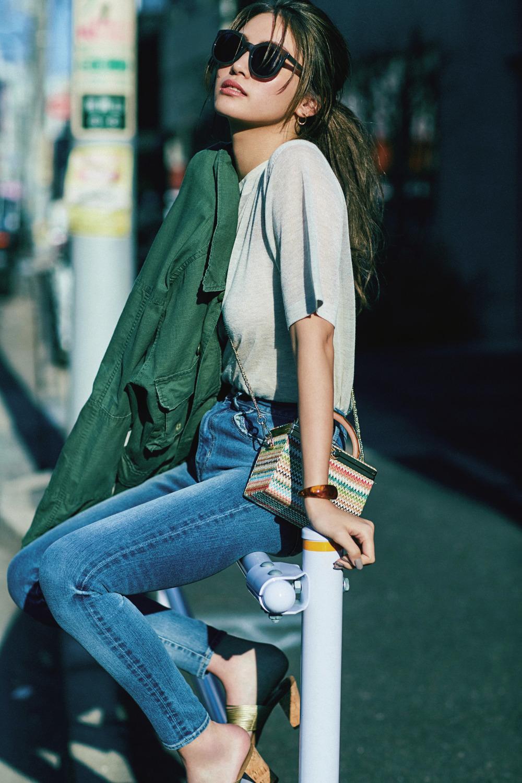 透け感のあるTシャツとタイトなデニムで女っぽカジュアルに