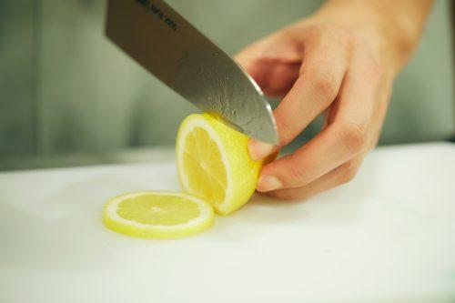 レモンを切る小林