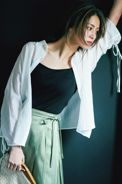 ドロスト仕様の白シャツでシンプルな中にアクセントを♡